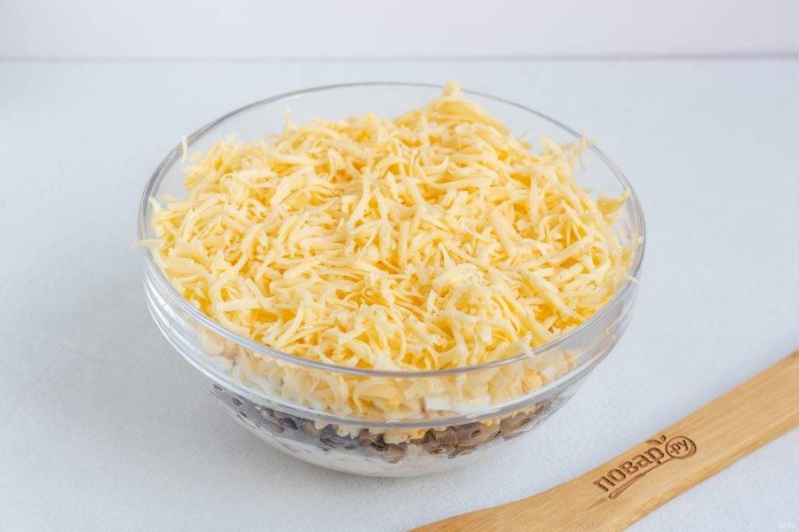 И последний слой - натертый на мелкой терке сыр. Уберите салат в холодильник на 20-30 минут и можно подавать к столу!