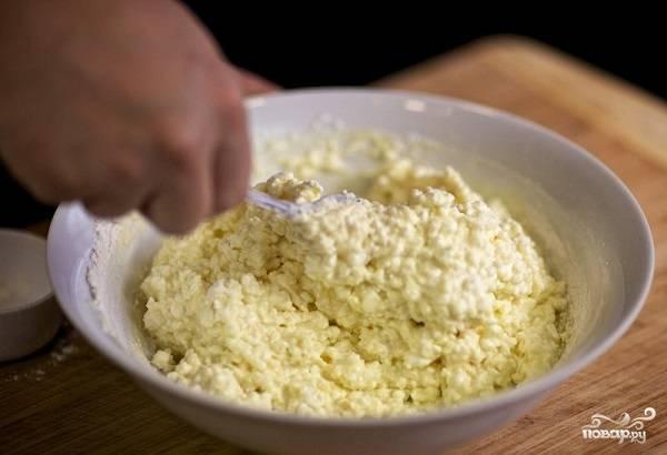 6. Перемешайте все как следует. На сковороде разогрейте растительное масло.