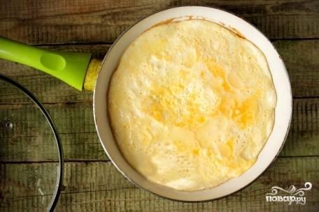 Уменьшаем огонь и готовим 2-3 минуты. Затем накрываем крышкой и оставляем еще на 3-4 минуты. Подавайте на стол, украсив зеленью или овощами.