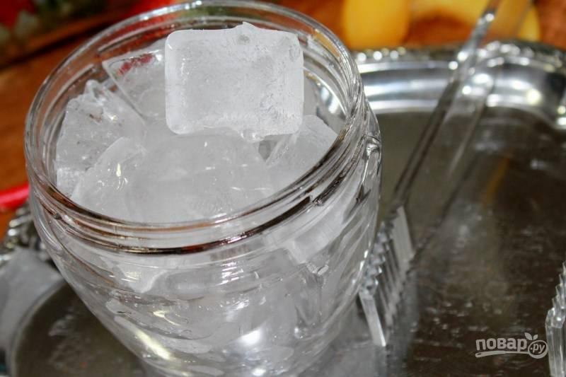 3. Подготовьте ром и лед. Кстати, вы можете использовать для этого коктейля не только свежие ягоды и фрукты, но и замороженные или консервированные.