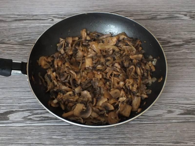 Грибы нарежьте тонкими пластинками, добавьте к обжаренному луку и обжарьте вместе до испарения жидкости.