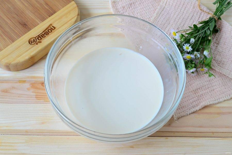 В слегка теплом молоке (примерно 30-35 градусов) растворите дрожжи. Всыпьте также соль и сахар. Оставьте на 10 минут, чтобы дрожжи начали действовать.