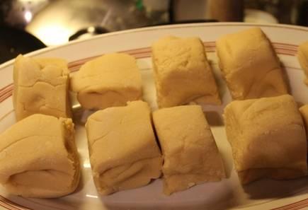 Разделите тесто на 10-12 частей.