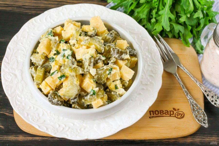 Выложите салат из маринованных огурцов в пиалы или креманки, охладите и подавайте к столу. Приятного аппетита!