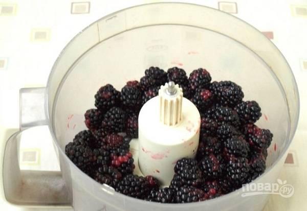 2. После отправьте их в чашу блендера и измельчите до однородности.