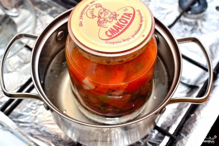 Подготовьте стерилизованные банки для закрутки соуса сальса. Влейте в них по 1-2 столовой ложки уксуса. Затем выложите соус, горячий соус в горячие банки. Температуры должны почти совпадать. Закатайте банки и опустите в тёплую воду. Пусть остывают вместе с водой. Так же можете просто перевернуть на крышку и укутать в одеяло. Открыть первую баночку рекомендую не быстрее, чем через три дня. Приятной зимовки вам!