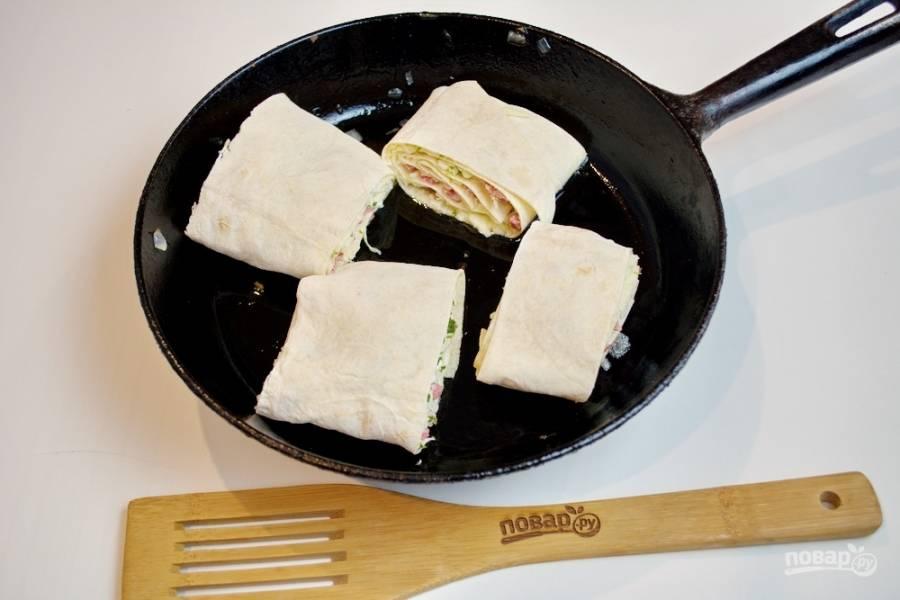 Сковороду разогрейте хорошо. Капните в сковороду немного растительного масла. Нарезанный лаваш выложите в сковороду и обжарьте с двух сторон.