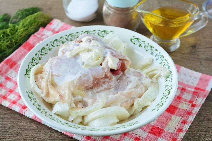 Перемешайте майонез с куриными бедрышками и можете ставить запекаться в духовку. Если есть время, то оставьте мясо мариноваться в холодильнике на 20 минут.
