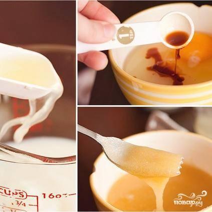 2. В отдельной миске смешать вместе молоко и 1 столовую ложку лимонного сока, отложить в сторону. В другой миске взбить масло, сахар, яйцо и ванильный экстракт.