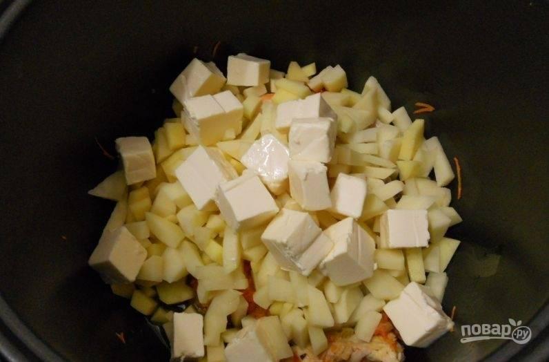 После этого в чашу добавьте картофель и сырки, нарезанные кубиками.