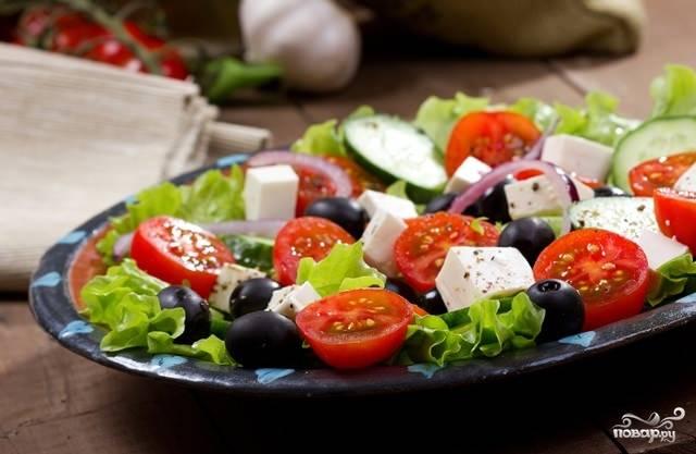 Греческий салат с моцареллой