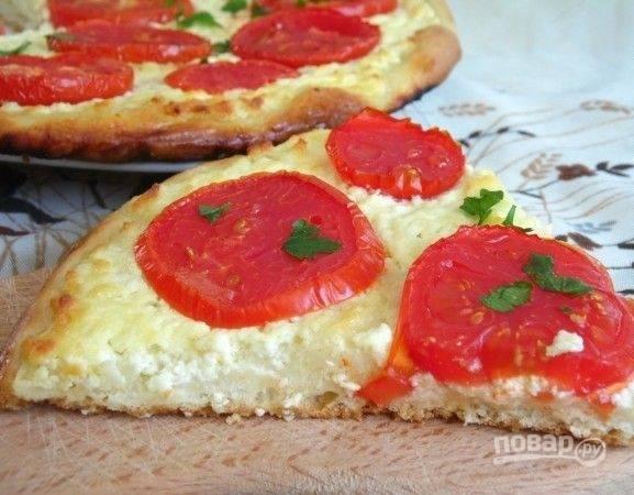 Выпекайте пиццу 30 минут в духовом шкафу при 200 градусах. Добавьте зелень по желанию. Приятного аппетита!