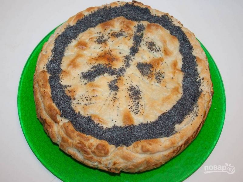 5.Выпекайте пирог до готовности в духовке, предварительно разогретой до температуры 140 градусов. По желанию, украсьте горячий пирог маком.