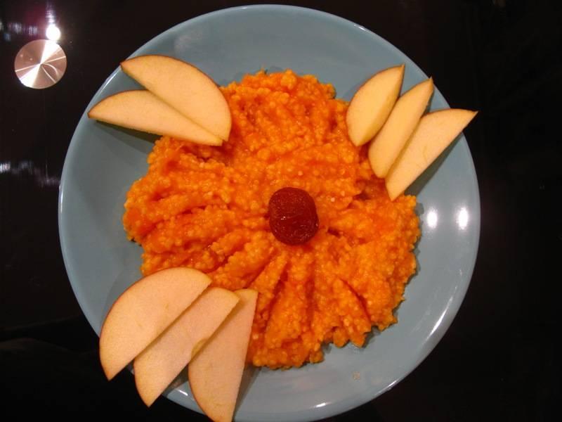 4. Смешаем пюре с еще теплой кашей, и подаем с кусочками фруктов! Приятного аппетита!