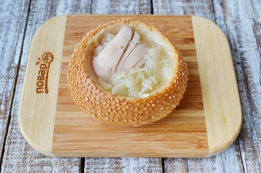 В хлебных булочках сделайте надрезы так, чтобы удалить всю мякоть. Поместите их в духовку на 15 минут, при 170 градусах подсушивайте. Такая процедура позволит булочке не размокнуть сразу. Разлейте суп с мясом по хлебным тарелочкам и подавайте. Приятного аппетита!
