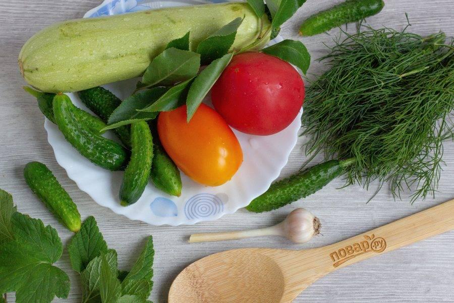Подготовьте необходимые ингредиенты. Овощи, зелень и листья хорошо помойте.