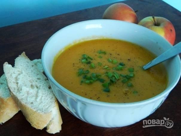 Подавать морковно-яблочный суп можно с мелко порезанной зеленью и посыпав черным молотым перцем.