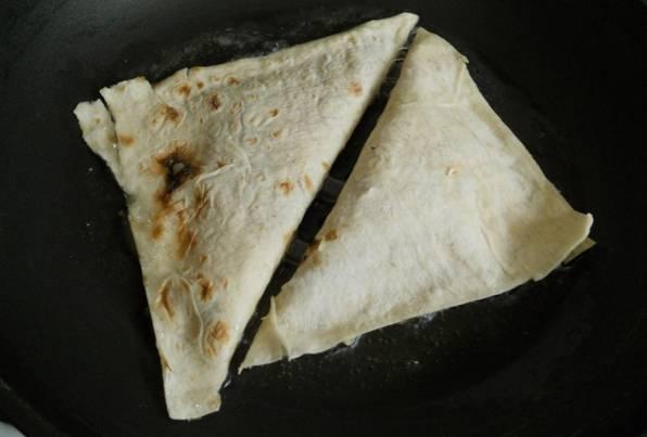 Разогрейте в сковороде растительное масло и обжарьте на нем треугольники.