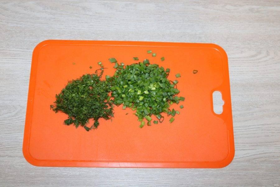 Укроп и зелёный лук мелко нарежьте.