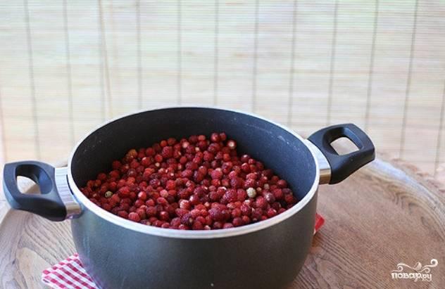 2. Переберите ягоды, промойте под проточной водой несколько раз и обсушите. Переложите в большую кастрюлю.
