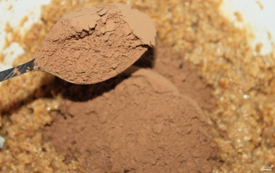 5. Подготовьте какао. Отсыпьте пять столовых ложек. Затем выложите его в молочно-сливочную смесь. Все тщательно перемешайте.