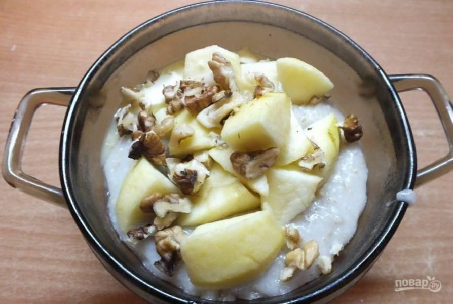 В кашу добавьте яблоки, грецкие орехи и масло. Приятного аппетита!