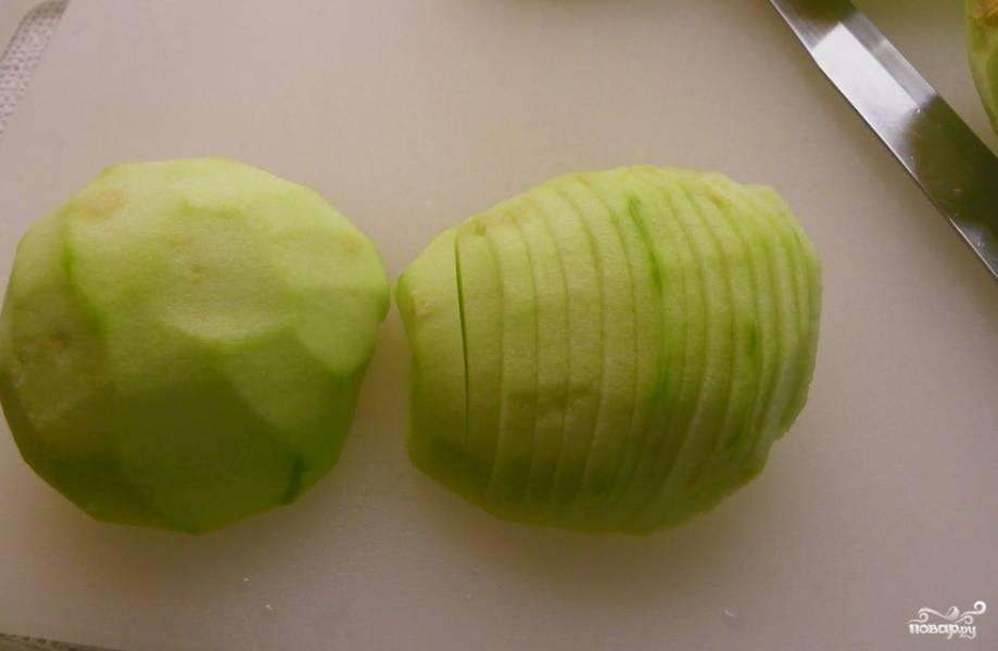 Яблоки промываем, очищаем от кожуры и удаляем сердцевину. Нарезаем тонкими аккуратными пластинами.
