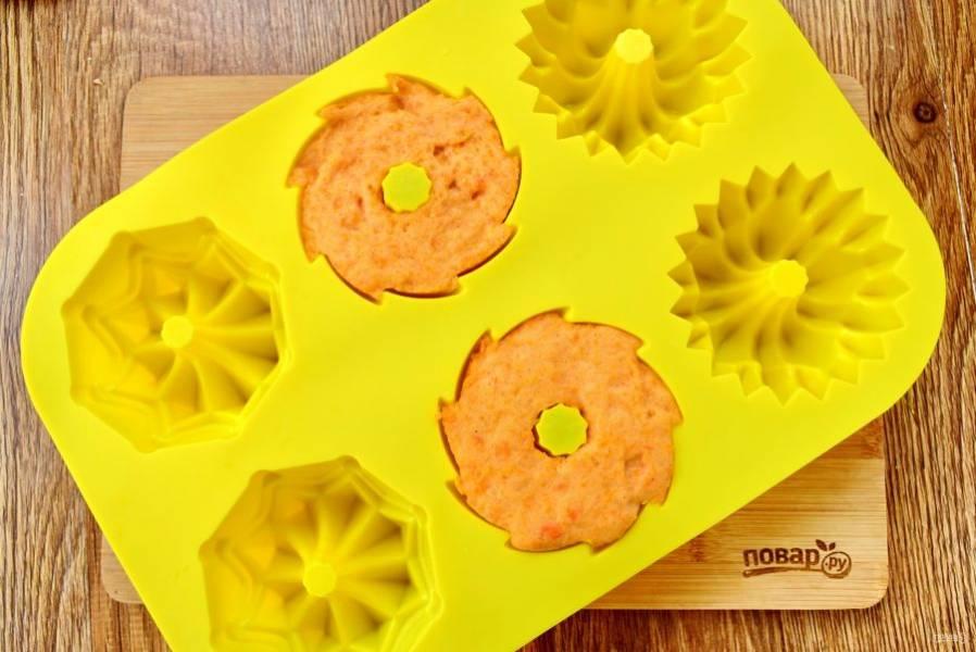 Или в силиконовую формочку для выпечки. Остудите в холодильнике в течение 4-5 часов. Затем аккуратно выньте суфле из силиконовых формочек и подавайте к столу. Из формы с пищевой пленкой, аккуратно переверните суфле на рабочую поверхность, нарежьте на ромбики или вырежьте фигурки.