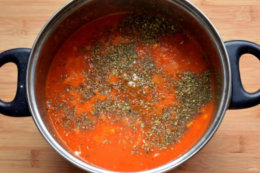 Добавьте пряности и отключите нагрев. Плотно накройте кастрюлю с супом крышкой и дайте настояться минут 10.