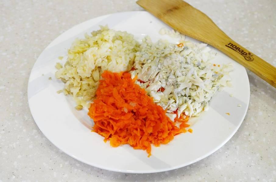 1. Яйца, картофель и морковь отварите, охладите и натрите на терке.