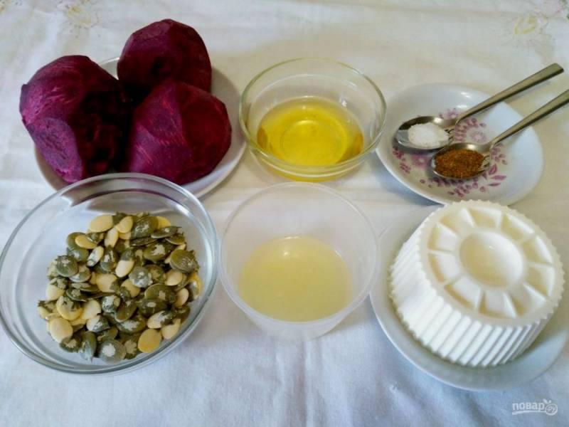 На начальном этапе приготовления салата подготовьте все необходимые продукты. Свёклу предварительно очистите от кожуры, выжмите сок лимона (можно использовать замороженный, заранее разморозив его).