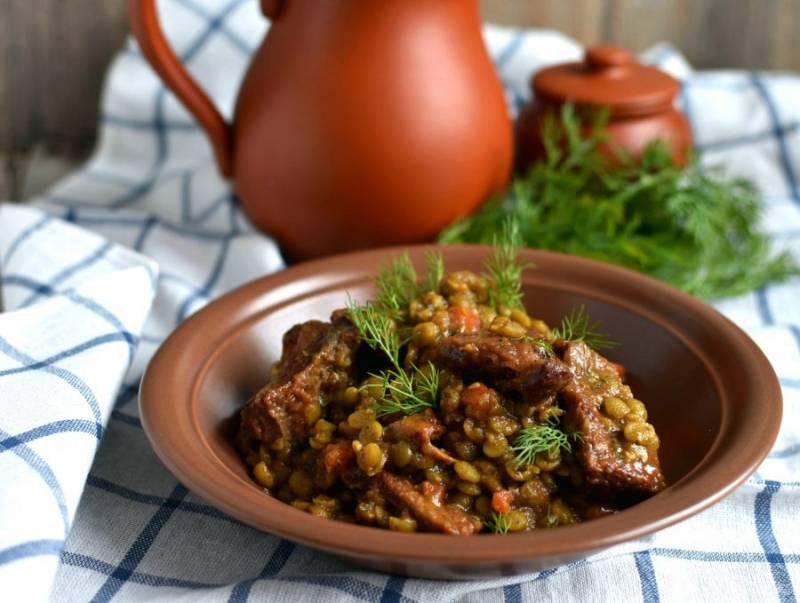 Готовое блюдо подавайте горячим, украсив свежей зеленью.