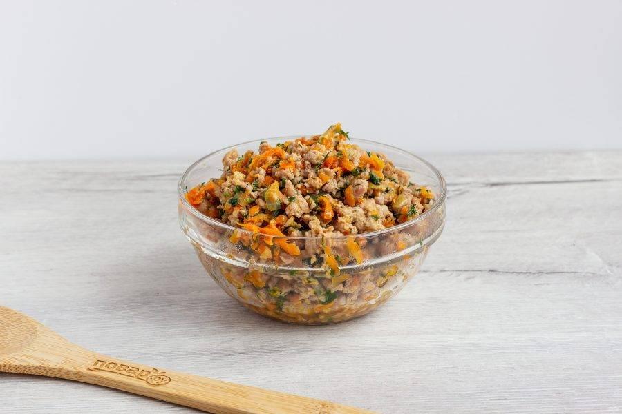 На растительном масле обжарьте до прозрачности мелко нарезанный лук, затем добавьте натертую на крупной терке морковь. Обжарьте ещё 2-3 минуты. После моркови - фарш и жарьте до его готовности. В последнюю очередь добавьте рубленную зелень, посолите и поперчите по вкусу. Обжарьте ещё 1-2 минуты. Начинка готова.
