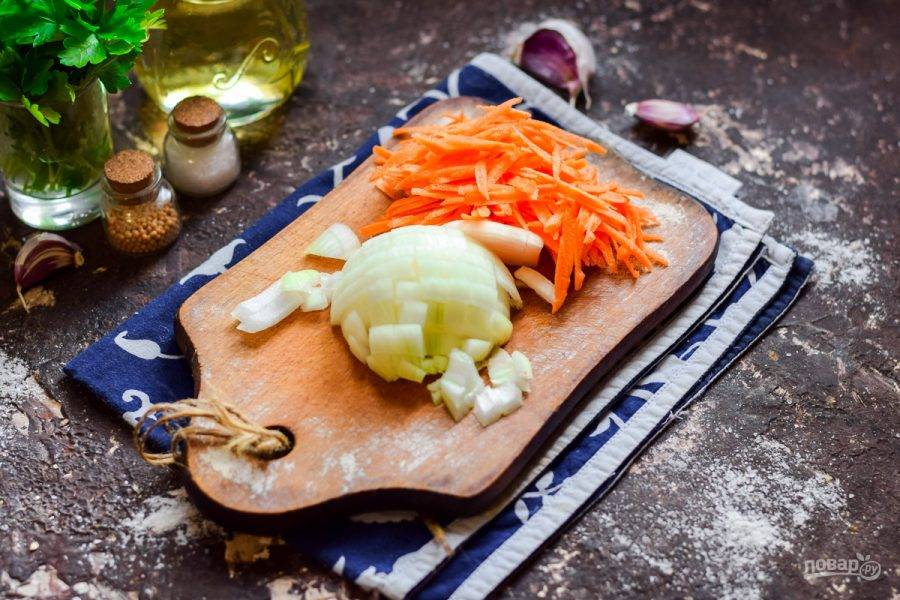 Морковь натрите на средней терке, луковицу нарежьте кубиками.