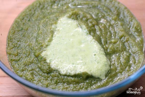 Получится вот такое пюре. Добавляем немножко уксуса и пробуем на вкус. Регулируем остроту, соленость и консистенцию при помощи лимонного сока, соли и холодной воды. Подавать с ржаными сухариками.