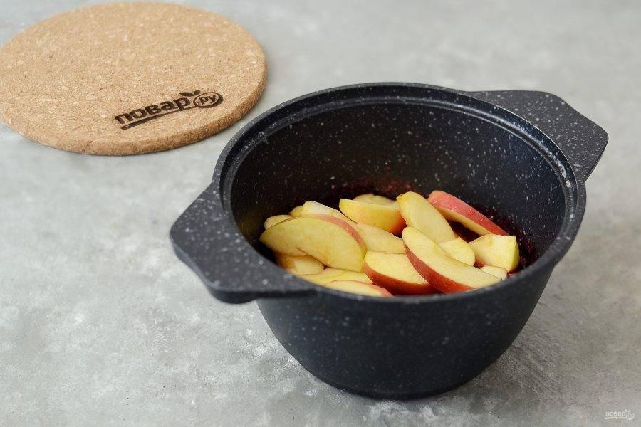 Добавьте в кипящей сироп яблоки, проварите 10 минут и оставьте до полного остывания.