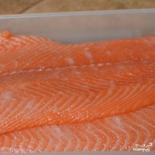 Положите лосося в подходящую посуду и отправьте в холодильник на 12-18 часов.