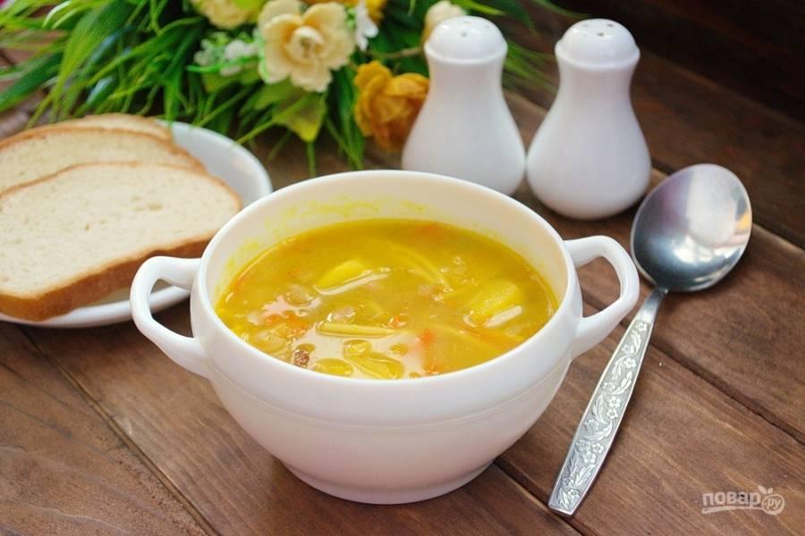 Разлейте суп по тарелочкам и подайте к столу.