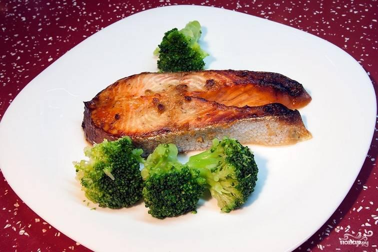 Подаем рыбное филе к столу вместе со свежей брокколи. Приятного аппетита!