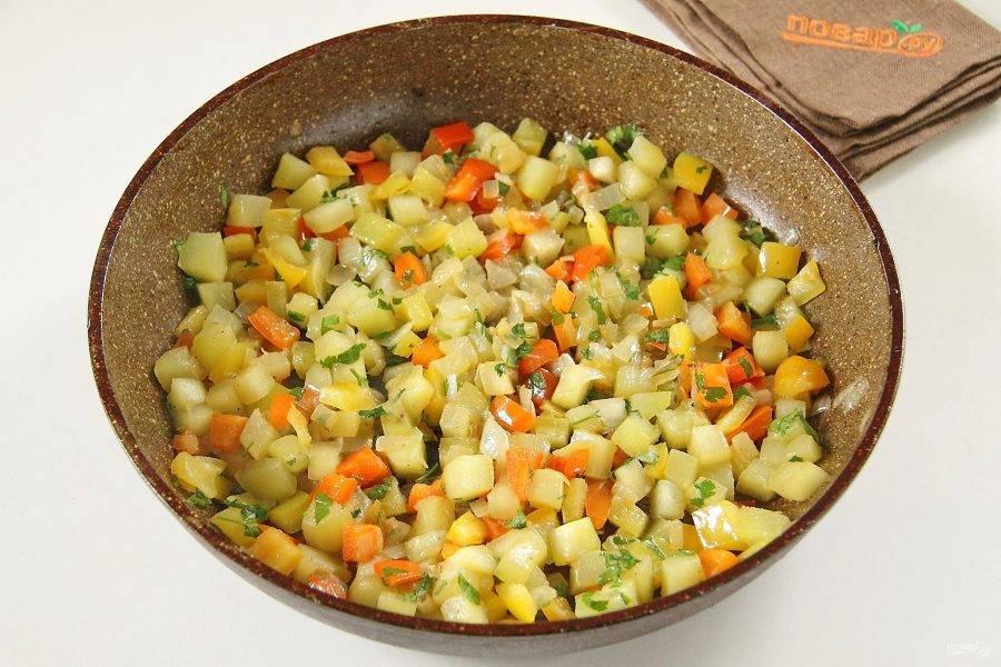 Обжарьте овощи до мягкости на сковороде. В конце добавьте соль, перец и свежую зелень.