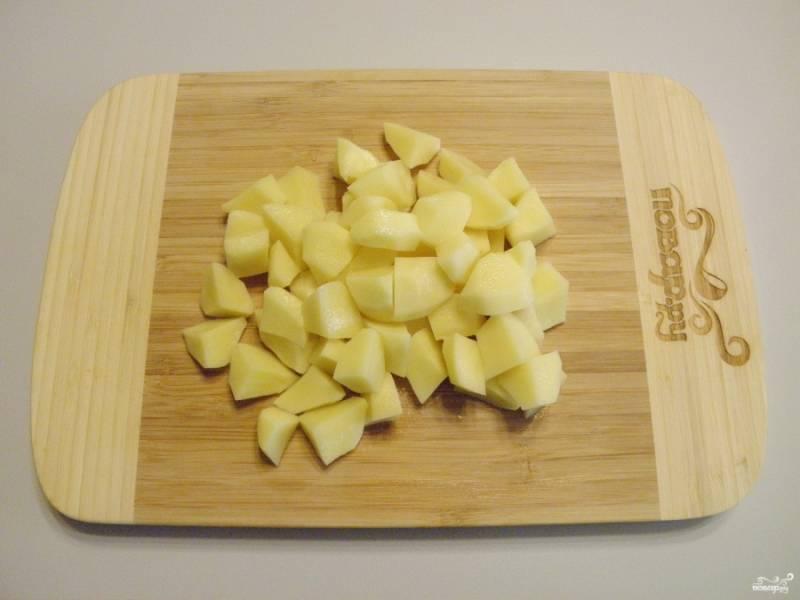 Очищенный картофель порежьте кусочками.