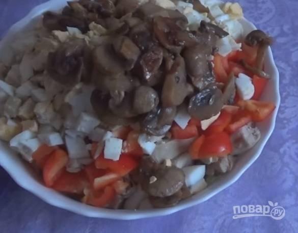 6. Остывшие грибы тоже отправляем в салат. Отдельно я обжариваю репчатый лук, остывшим также отправляю его в салат.