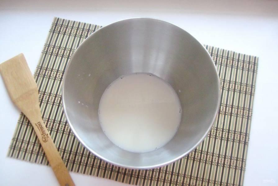 Налейте теплое молоко.