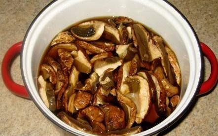 1. Замачиваем грибы в холодной воде на полчаса. Затем отправляем их вариться около часа на слабом огне.
