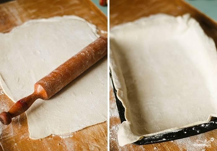 3. Пока начинка жарится, на присыпанной мукой поверхности раскатайте тесто и выложите его в жаропрочную форму.
