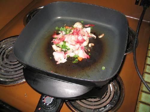 """Бросаем """"салат"""" на сковороду с разогретым маслом."""