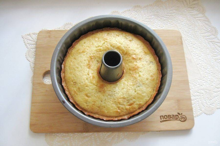 Выпекайте кекс в духовке, заранее разогретой до 170-175 градусов 40-45 минут.