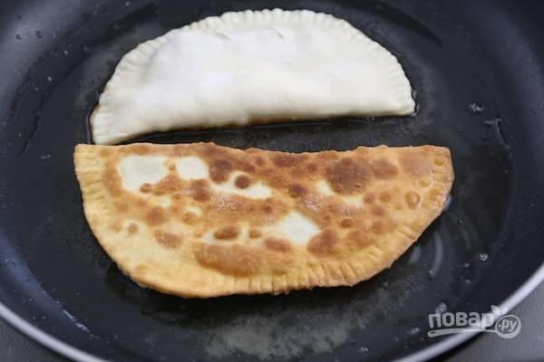 8.Разогрейте сковороду с растительным маслом и выложите чебуреки, обжаривайте на слабом огне под закрытой крышкой до готовности.