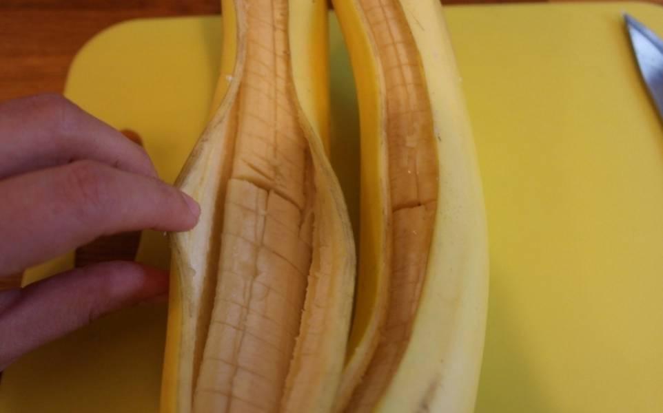 И еще — на мякоти банана (но не разрезаем до конца).