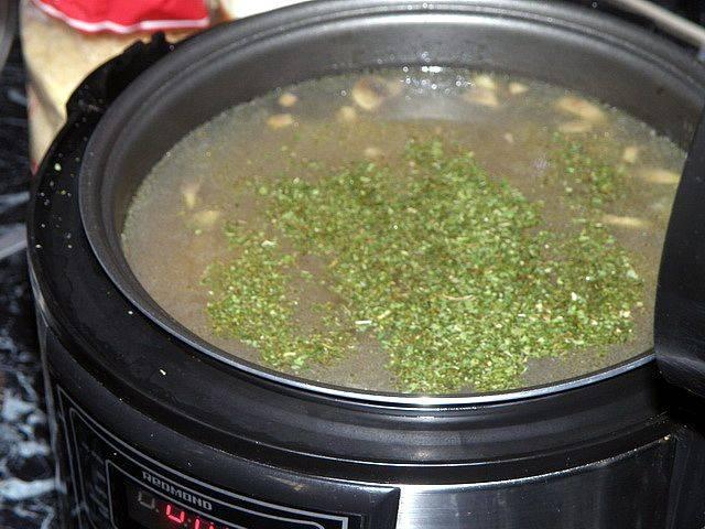 Добавьте сушеную зелень (укроп и петрушка).